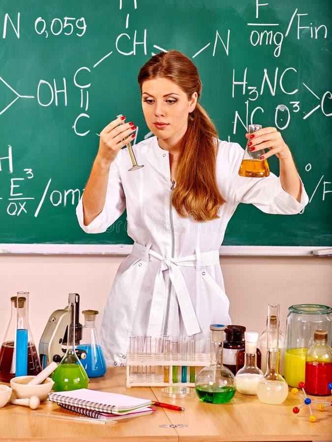 Chemieleraar bij klaslokaal stock foto's
