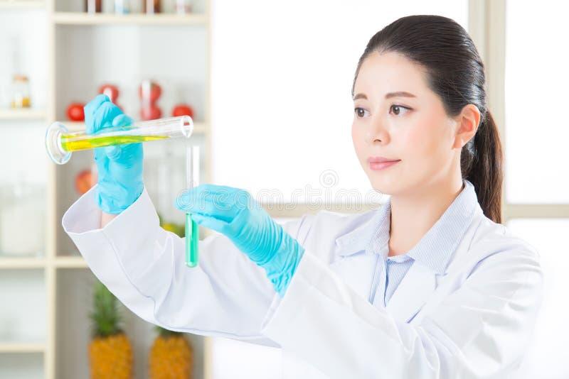 Chemieonderzoekers die de verschuiving van de indicatorkleur waarnemen stock foto's