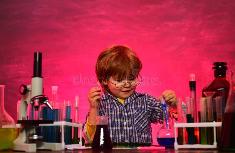 Chemii nauka tylna szko?y Popiera szko?a i stwarza ognisko domowe uczy? kogo? (1) ceremonia kwitnie uczni Wrzesie? M?j chemia eks obrazy stock