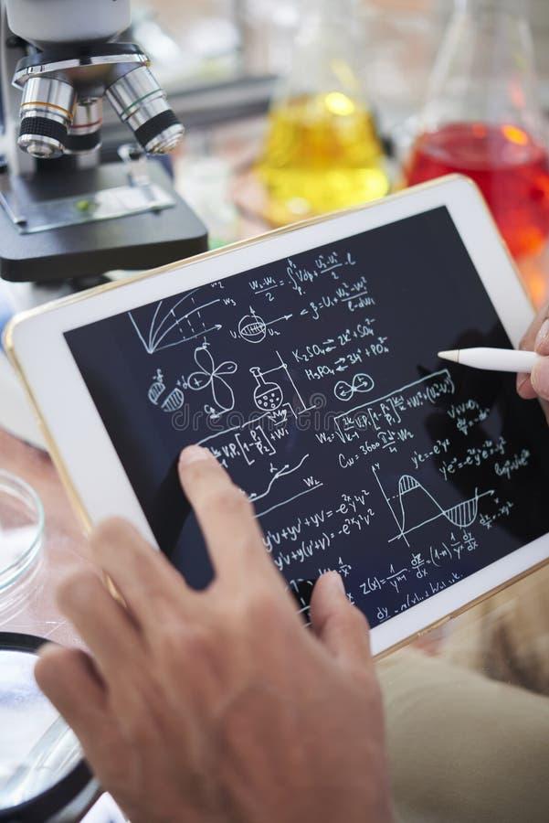 Chemik bierze notatki zdjęcie stock