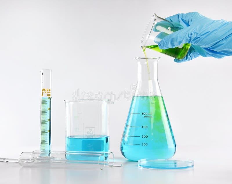 Chemik formułuje niebezpieczne rozwiązanie substancje, naukowa z wyposażeniem i nauka eksperymentów, obrazy royalty free