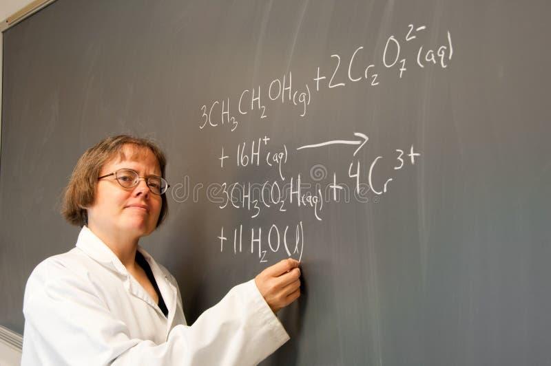 Chemik przy chalkboard obrazy royalty free