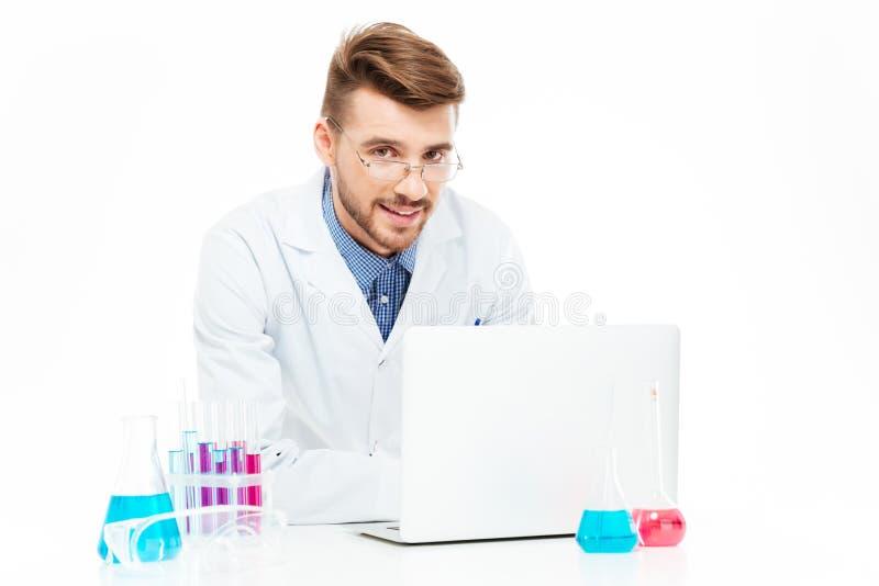 Chemik używa laptop obrazy stock