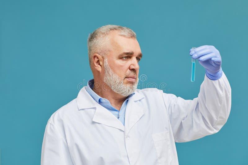 Chemik z probówką zdjęcie stock