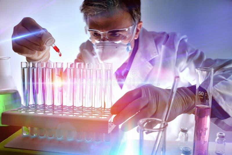 Chemikalie, die verschiedene Substanzen im Labor mit L analysiert lizenzfreies stockbild