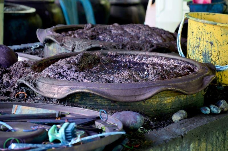 Chemikalie und flüssige Färbung Mauhom-Farbe im Topf stockfotografie