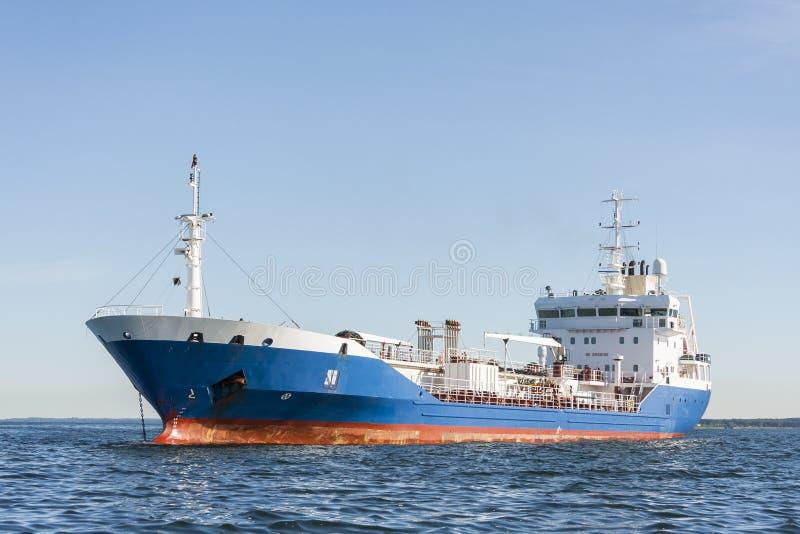 Chemikalien- oder Gastanker im Meer stockfotos