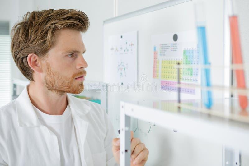 Chemiker, der das Diagramm überprüft lizenzfreies stockfoto
