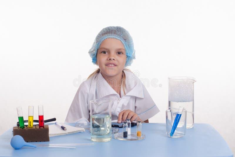 Chemiker im Chemieunterricht stockbilder