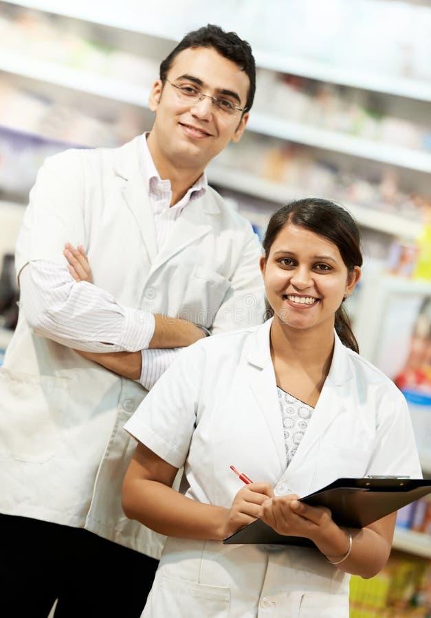 Chemiker mit zwei Apotheken im Drugstore lizenzfreies stockfoto
