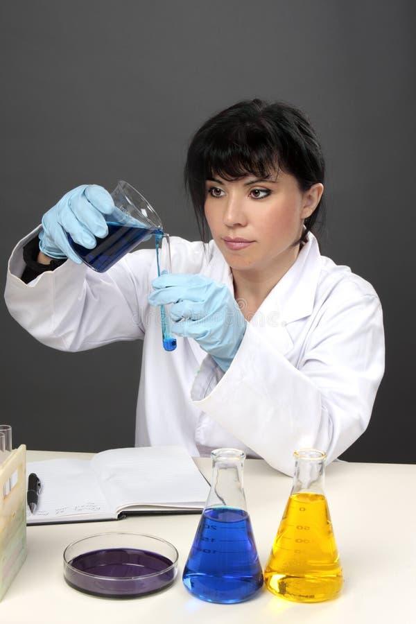 Chemiker oder Wissenschaftler im Labor lizenzfreie stockbilder