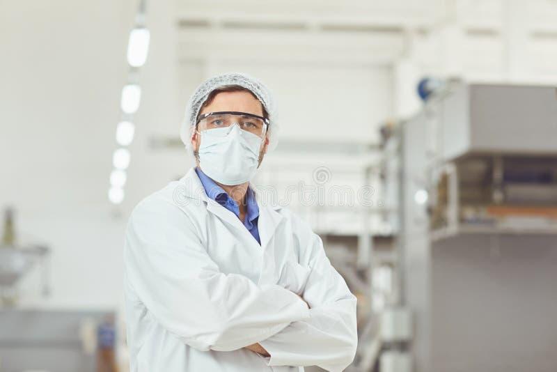Chemikermann in der Maske bei der Arbeit stockbilder