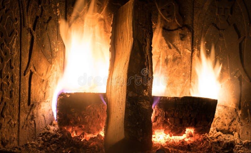 Cheminée à l'intérieur du bois brûlant à la maison photo stock