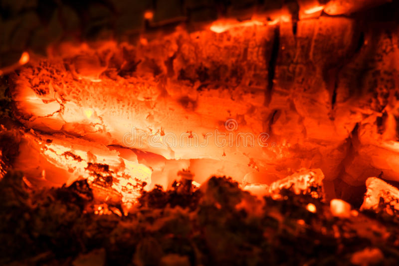 Cheminée à l'intérieur du bois brûlant à la maison photographie stock libre de droits