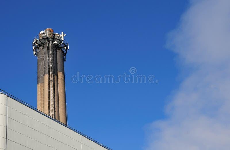 Cheminée avec des échelles en métal d'une usine de déchets-à-énergie photo stock
