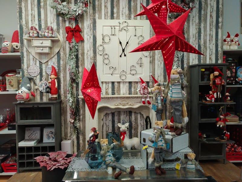 Cheminée avec des décorations de Noël et horloge au d'intérieur de la boutique de village de Santa Claus dans Terni photos libres de droits