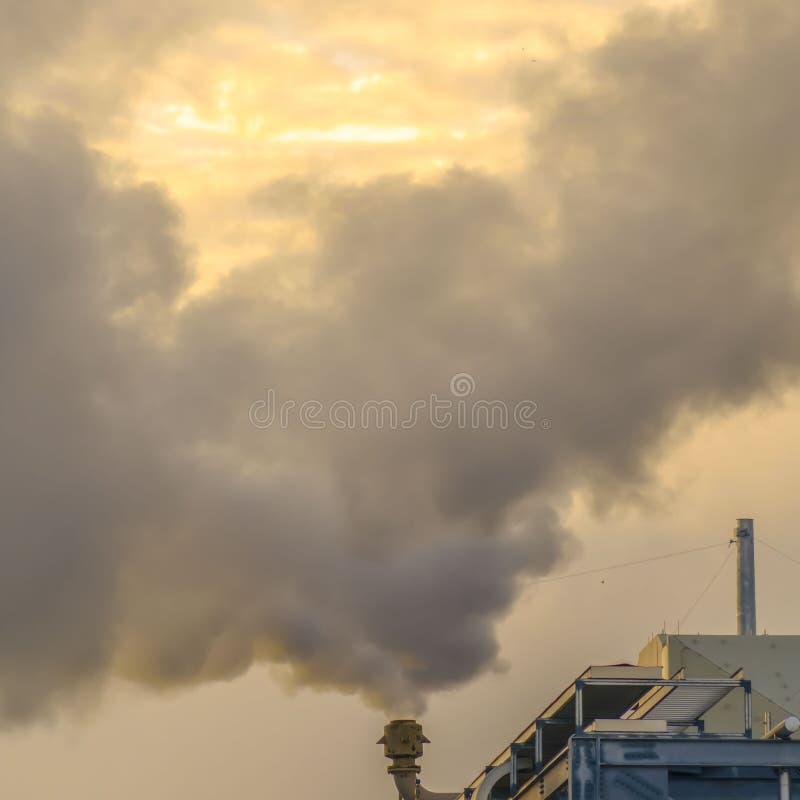 Cheminée carrée d'une centrale en vallée de l'Utah déchargeant la vapeur dans l'air photos stock