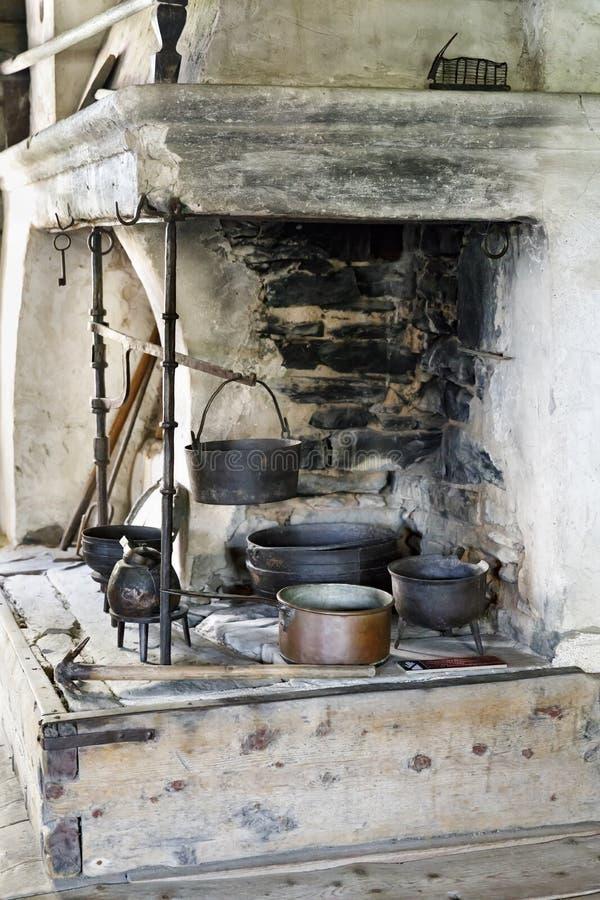 Cheminée d'intérieur antique avec des pots en métal photo libre de droits