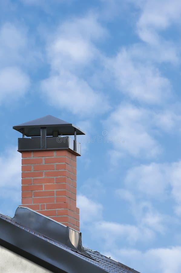 Cheminée de brique rouge, Grey Steel Tile Roof Texture, Gray Tiled Roofing, Chambre résidentielle moderne de grand plan rapproché image stock