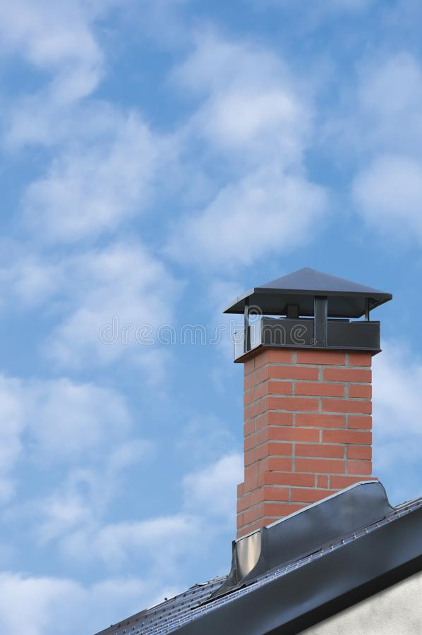 Cheminée de brique rouge, Grey Steel Tile Roof Texture, Gray Tiled Roofing, grand plan rapproché vertical détaillé, Chambre résid image stock