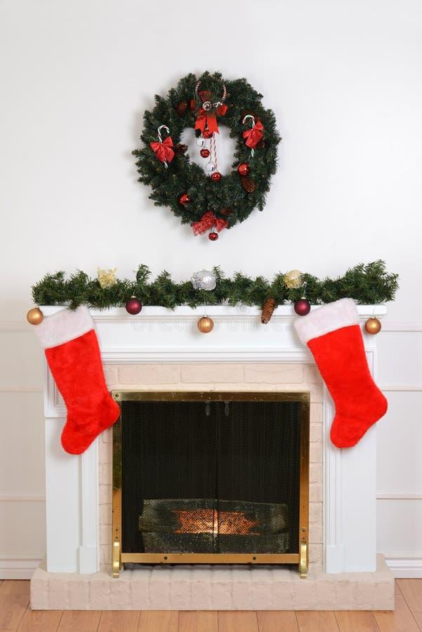 Cheminée de Noël avec des chaussettes de Santa image stock