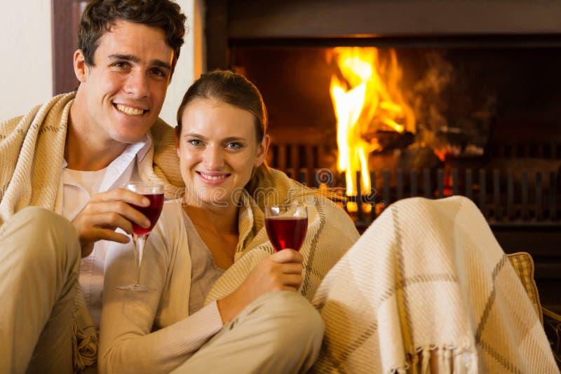 Cheminée de vin de couples photo stock