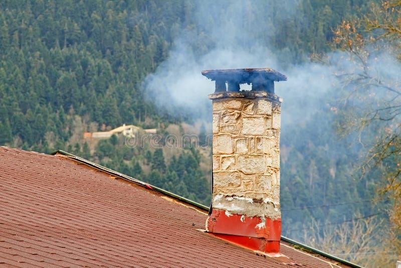Cheminée et fumée photos libres de droits