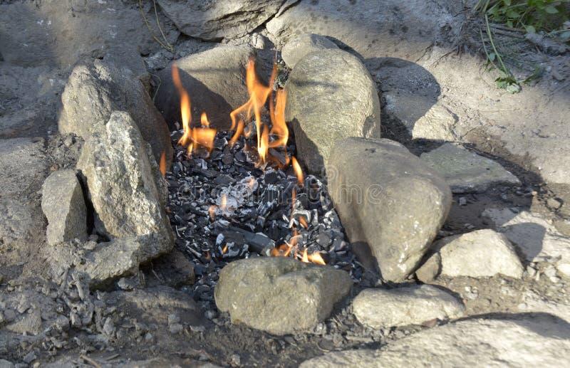 Cheminée extérieure avec le feu en août 2016 brûlant image stock