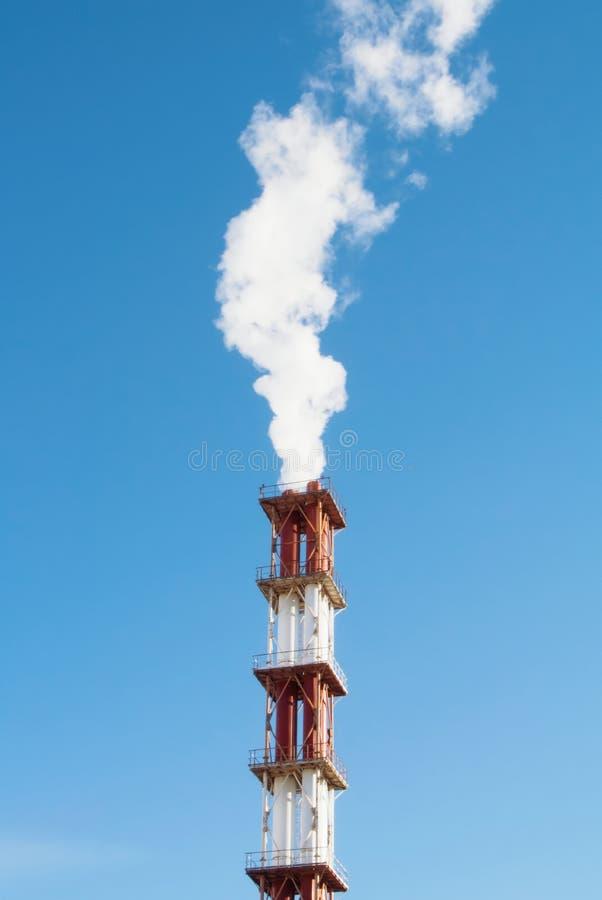 Cheminée industrielle rouge et blanche avec un nuage de l'aga blanc de fumée photos stock