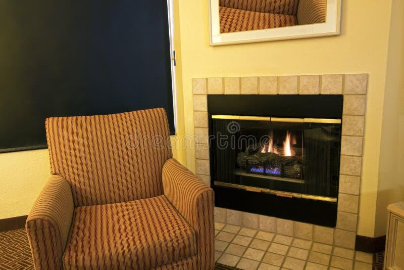 Cheminée moderne de salon d'appartement photographie stock libre de droits