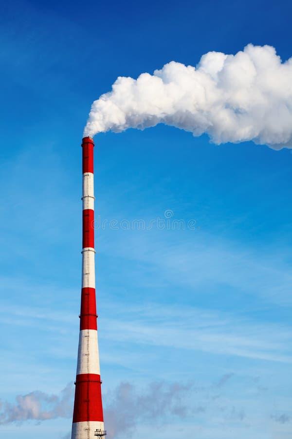 cheminée polluant l'air images stock