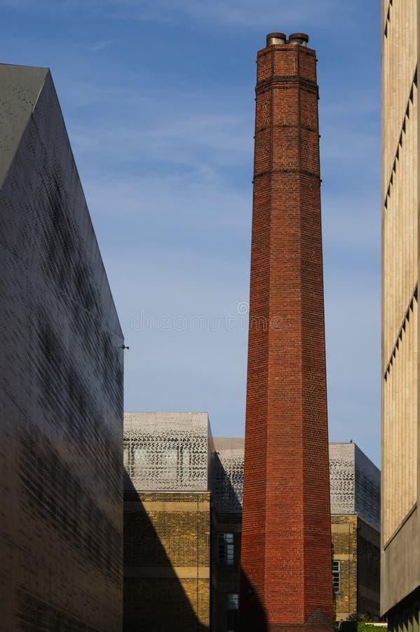 Cheminée ronde de longue brique brune d'argile au crépuscule image stock