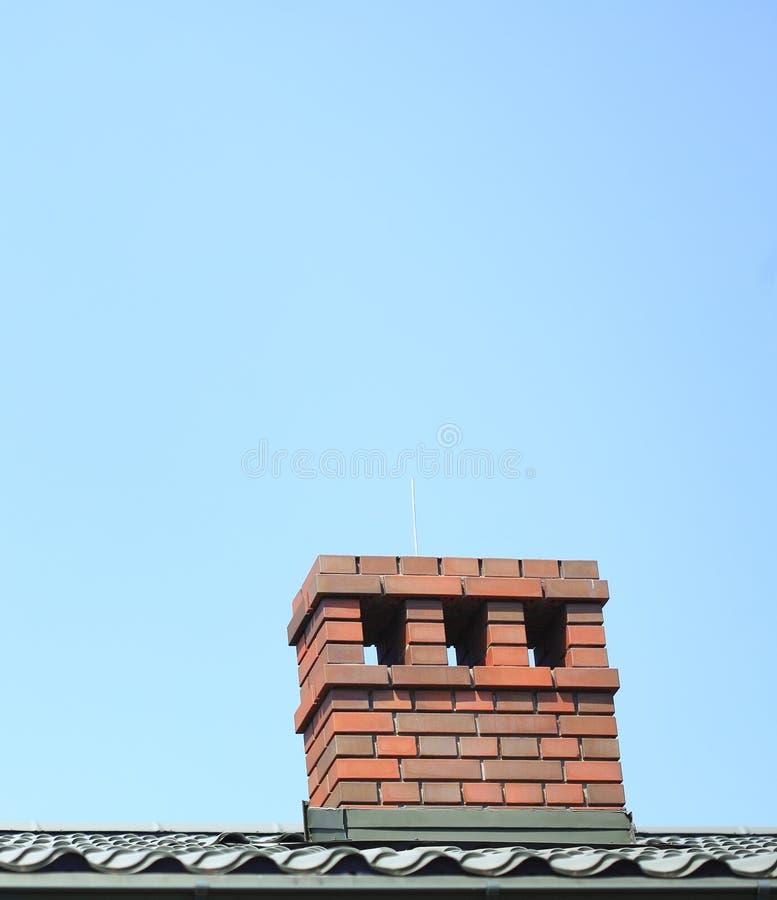 Cheminée sur le fond de ciel de toit photo libre de droits