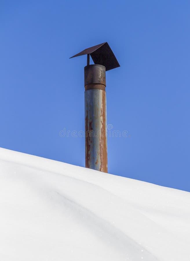 Cheminée sur le toit images libres de droits