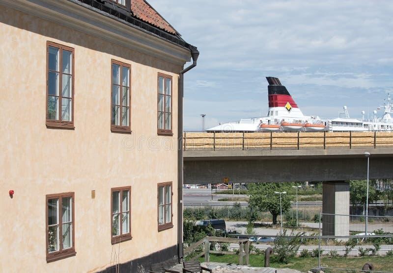 Cheminée vieux bâtiment résidentiel et ferry de Gabriella photos stock