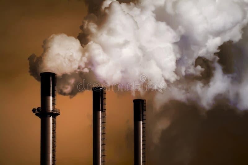 Cheminées d'évacuation des fumées d'usine de charbon image stock