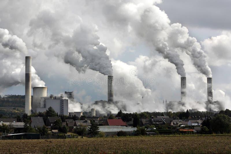 Cheminées d'évacuation des fumées de centrale images stock