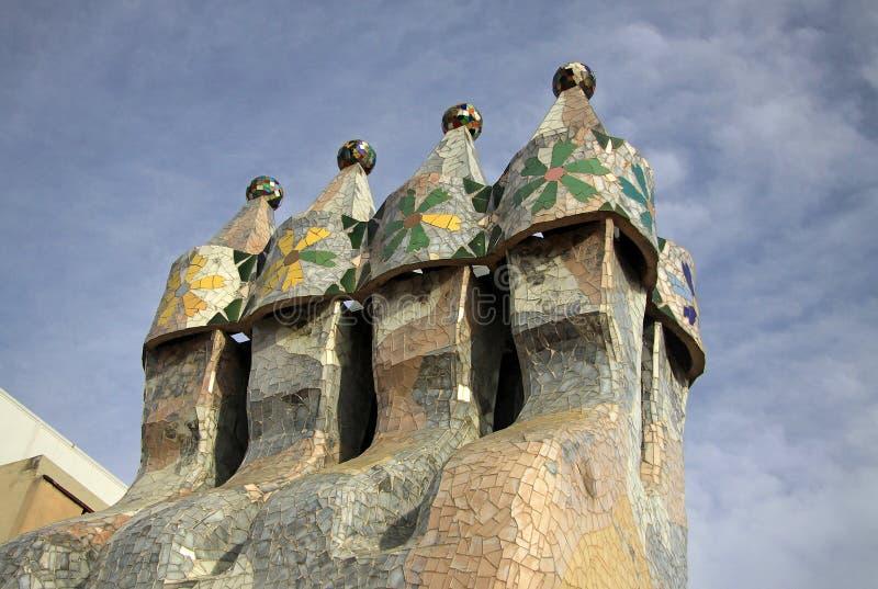 Cheminées de la terrasse de dragon du bâtiment de Batllo de maison photos libres de droits