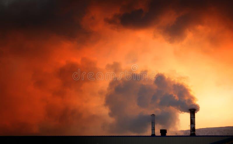 Cheminées de réchauffement global à l'aube photo libre de droits