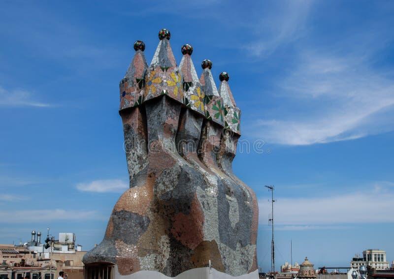 Cheminées de tuile de mosaïque sur le dessus de toit de la Chambre de Batllo (maison Batlo) Barcelone l'espagne photographie stock