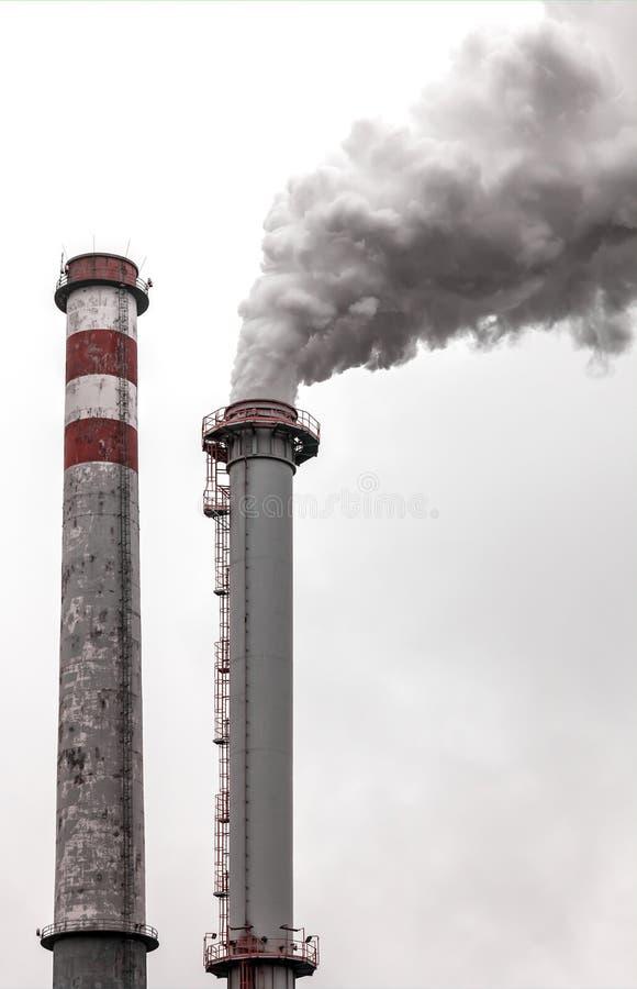 cheminées fumant deux photographie stock