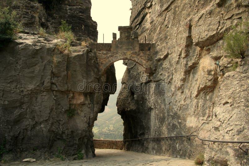 Chemin à travers l'ouverture de montagne images stock