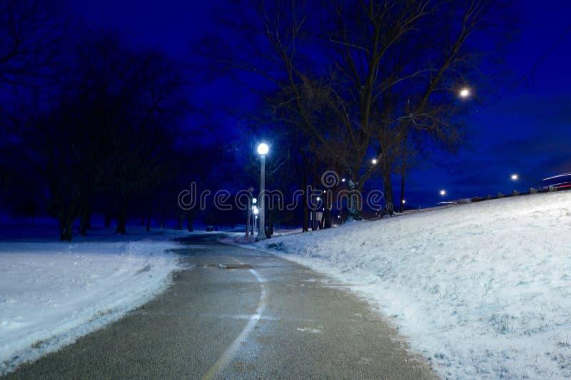 Chemin à travers la neige images libres de droits
