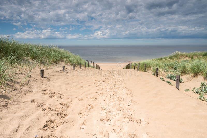 Chemin à travers les dunes photos stock