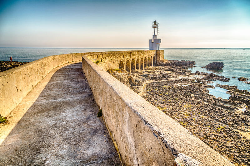 chemin au phare sur la Mer Adriatique photos stock