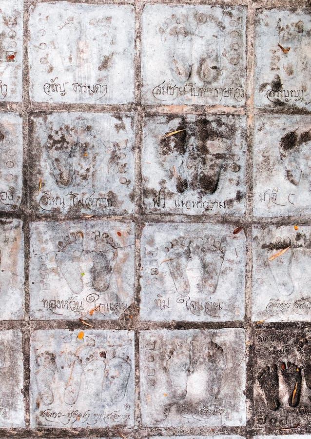 Chemin avec des empreintes de pas en Wat Samphran, Thaïlande photographie stock libre de droits
