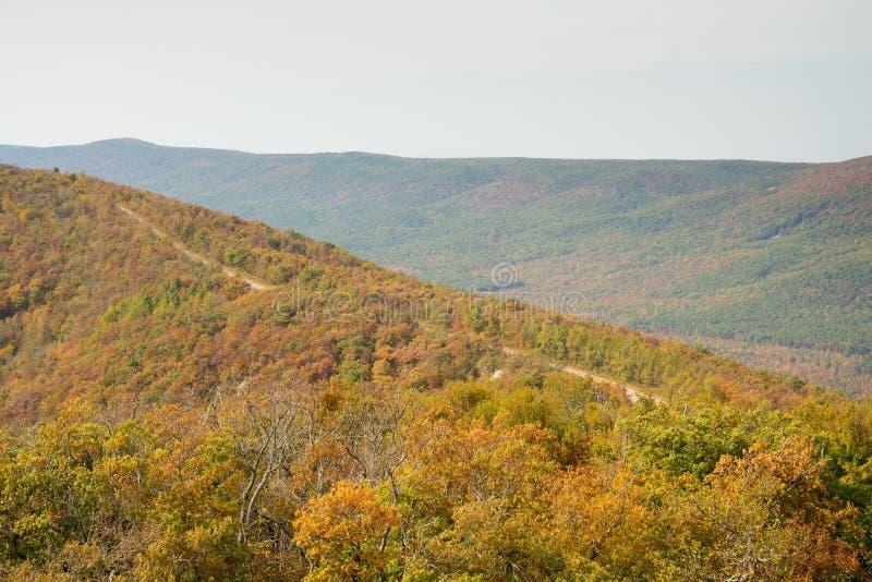 Chemin détourné scénique de Talimena avec la route allant sur la crête de la montagne photo libre de droits