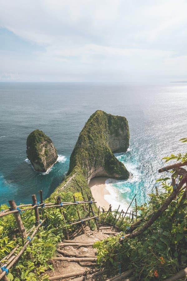 Chemin d'escaliers à la plage de Kelingking du point de vue de Karang Dawa en île Nusa Penida de paradis l'indonésie image stock