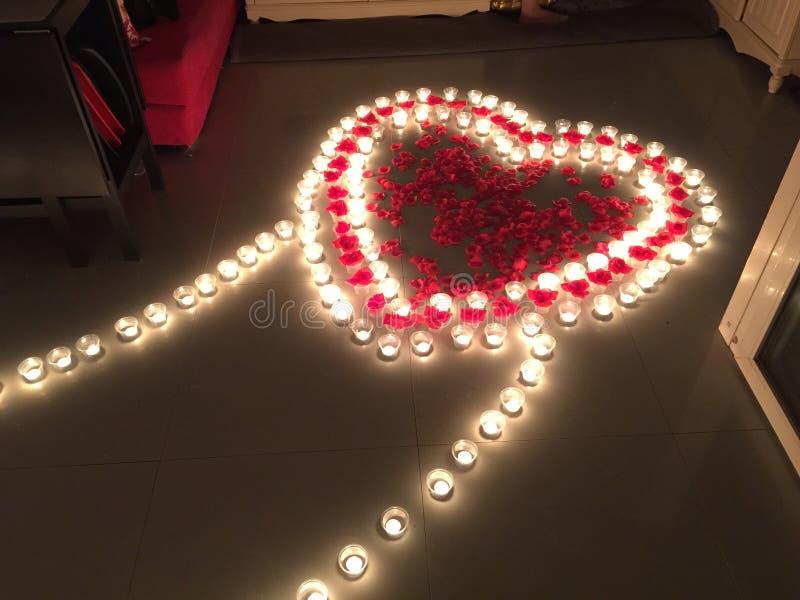 Chemin de coeur de pétale de rose avec des bougies photos libres de droits