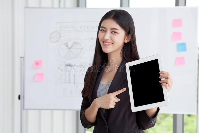 Chemin de coupure sur l'écran noir, femme d'affaires dirigeant le doigt et photographie stock